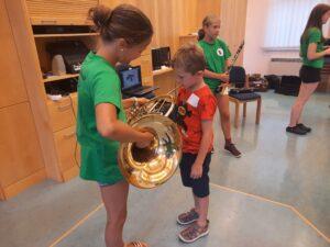 Verschiedene Instrumente durften ausprobiert werden...